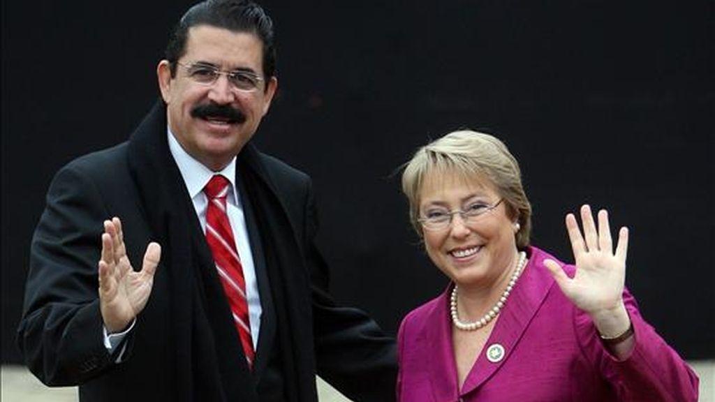 Los presidentes de Honduras, Manuel Zelaya, y de Chile, Michelle Bachellet, firmarán acuerdos de cooperación de Chile con el Consejo Hondureño de Ciencia y Tecnología, y el Ministerio de Relaciones Exteriores de Honduras. En la foto el encuentro de Zelaya (i) y Bachelet, en noviembre de 2007 en Chile. EFE/Archivo
