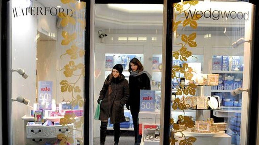 Clientes visitan una tienda de Wedgewood en Londres, Reino Unido. EFE/Archivo