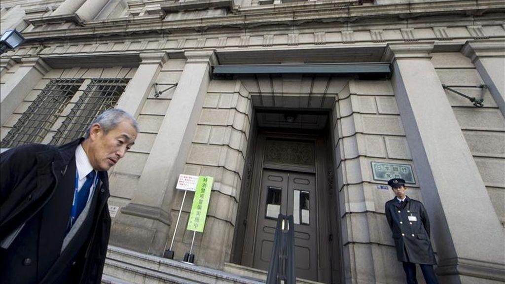 Un empresario japonés pasa por delante de la sede del Banco de Japón (BOJ) en el centro de Tokio (Japón). EFE/Archivo