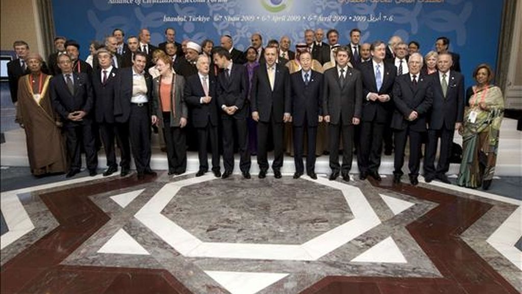 Foto de familia de los mandatarios que participan en el II Foro de la Alianza de Civilizaciones que se celebra en Estambul. EFE