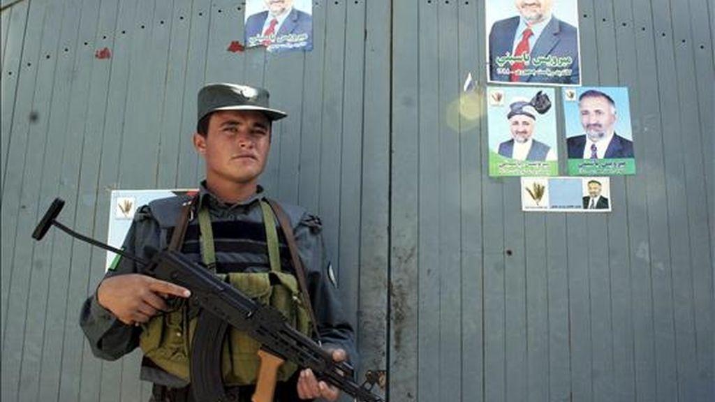 Un policía afgano monta guardia frente a la puerta principal de la residencia del candidato a la presidencia afgano Mirwais Yasini en Herat (Afganistán), el 24 de junio de 2009. EFE/Archivo