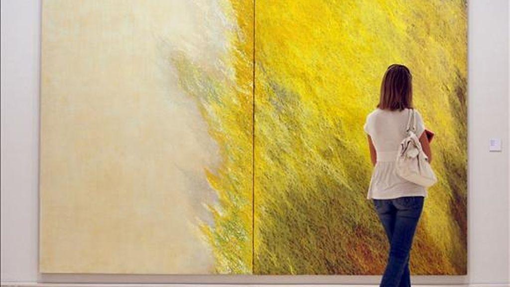 """Una mujer pasa ante el lienzo """"Díptico de Valencia"""" de 1996 de la artista Soledad Sevilla, en el Instituto Valenciano de Arte Moderno que dedica una muestra a una selección de más de quinientas obras que han llegado a su colección a través de las donaciones realizadas por coleccionistas, artistas y herederos. EFE"""