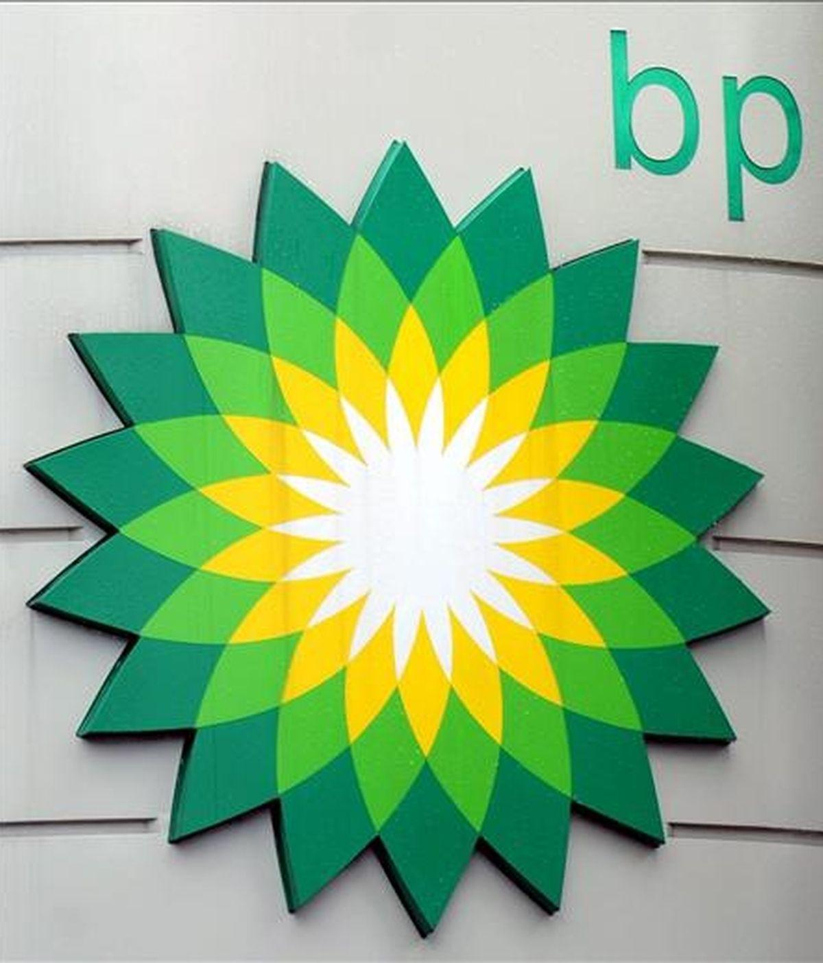 Detalle del logotipo de BP en una gasolinera del oeste de Londres. EFE/Archivo