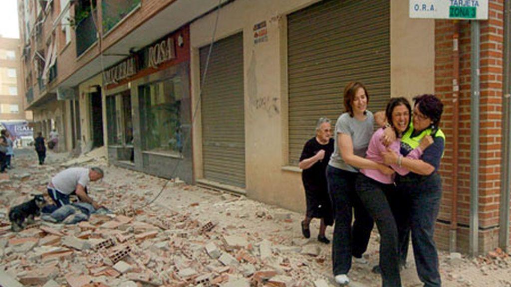 Varias personas en la calle Galicia de Lorca, una de las afectadas por el terremoto de 5,2 grados que ha sacudido la región de Murcia. Foto: EFE.