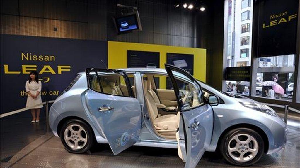Un vehículo eléctrico del fabricante de vehículos Nissan expuesto en un salón de muestras en Tokio, Japón, hoy, jueves 29 de julio de 2010. Nissan anunció hoy que de abril a junio, primer trimestre del año fiscal en Japón, tuvo un beneficio neto de 106.600 millones de yenes (936 millones de euros) y auguró una recuperación más rápida de lo previsto.EFE