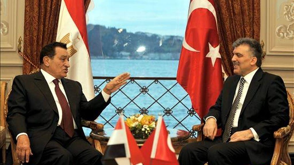 El presidente de Egipto, Hosni Mubarak (izq.), conversa con su homólogo turco, Abdullah Gül, en Estambul. EFE