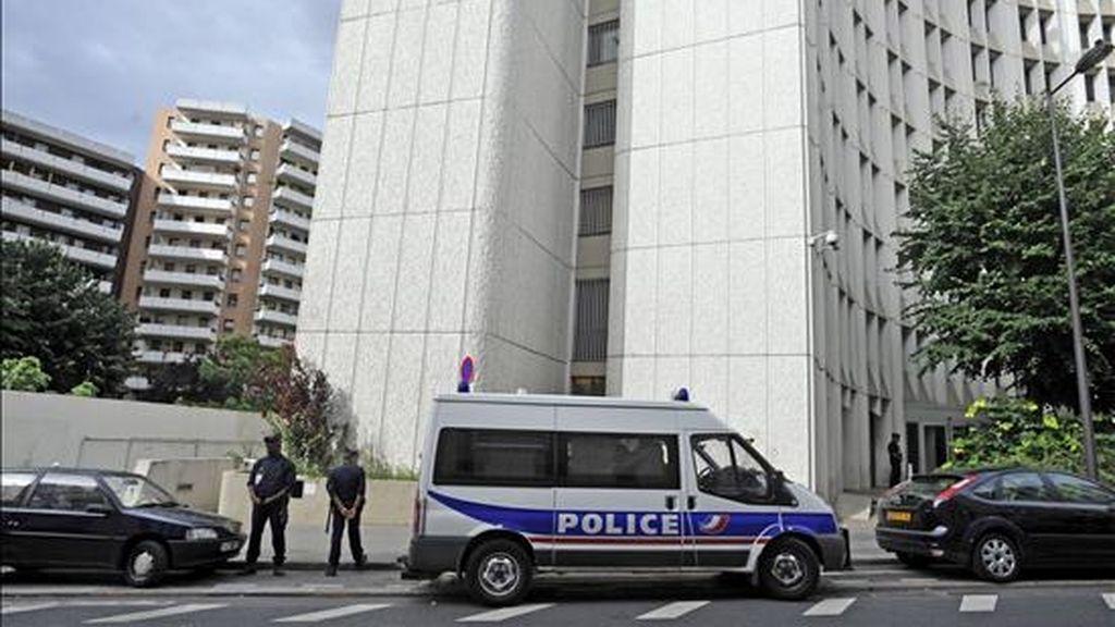 Policías hacen guardia frente a la sede de la Brigada financiera de la policía de París. EFE/Archivo