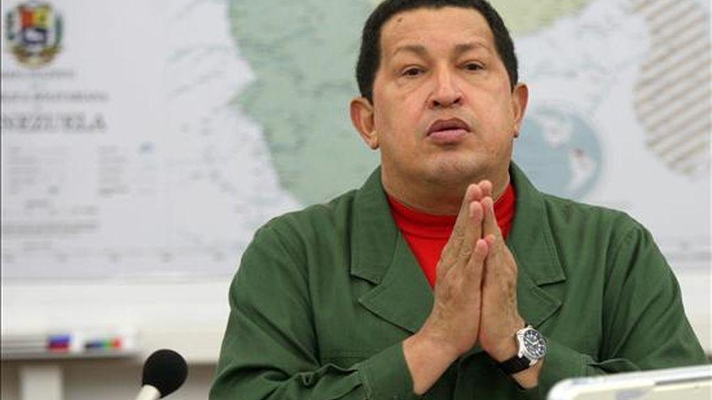 Foto cedida por la Prensa de Miraflores del presidente venezolano, Hugo Chávez, durante un consejo de ministros transmitido por la televisión estatal, donde afirmó que en la tarde murieron dos personas, una niña de 4 años y una mujer de 66 años, en dos barriadas del oeste de Caracas donde se registraron deslizamientos de tierra, lo que elevó a 15 los fallecidos por las lluvias en todo el país. EFE