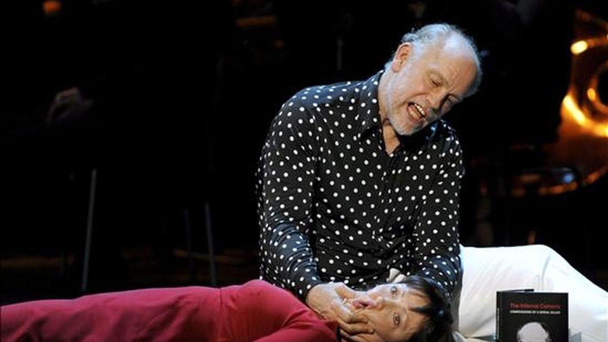 """Foto tomada el 30 de junio de 2009 que muestra al actor estadounidense John Malkovich (d), interpretando el papel de Jack Unterweger, y la soprano Laura Aikin, durante el ensayo general de la obra """"La comedia infernal - Confesiones de un asesino en serie"""", en el teatro Ronacher de Viena, Austria. La obra estará en cartel del 1 al 5 de julio. EFE"""