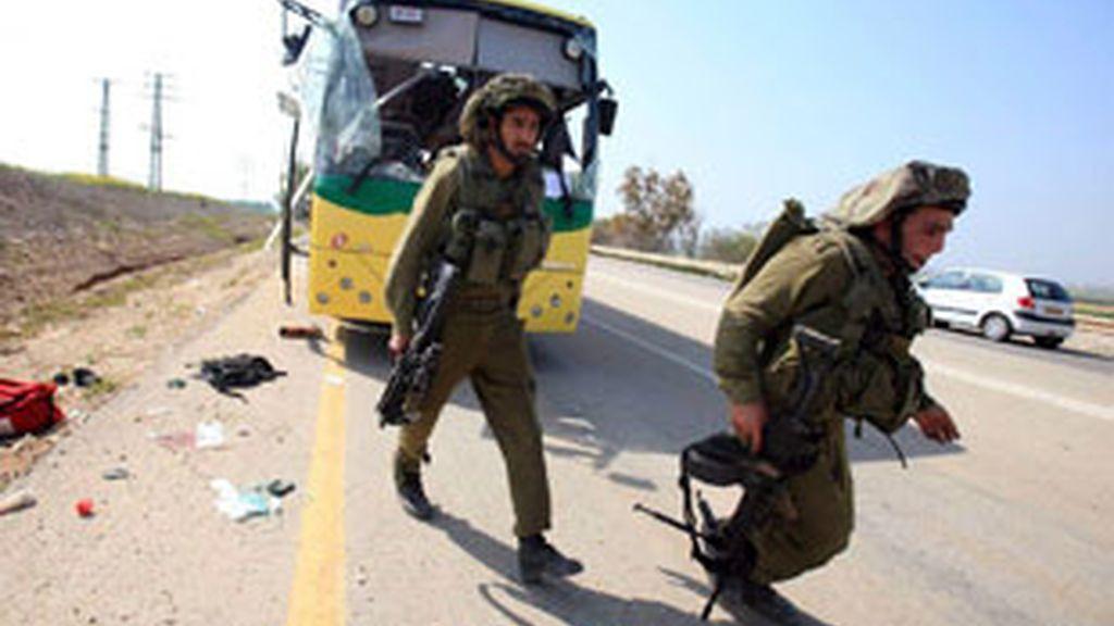 El brazo armado de Hamás había reivindicado el ataque contra un autobús escolar y ahora busca un alto el fuego de israelí. Vídeo: Informativos Telecinco
