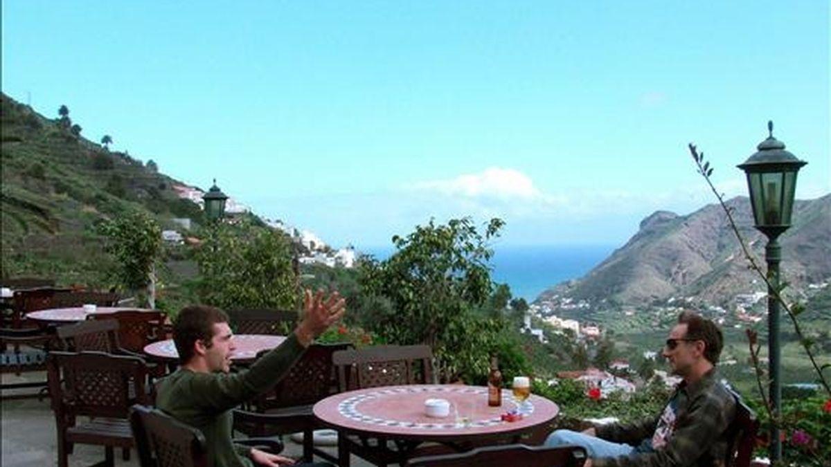 Dos turistas disfrutan del paisaje en la terraza del hotel rural Iboalfaro en el municipio de Hermigua, en La Gomera. EFE/Archivo