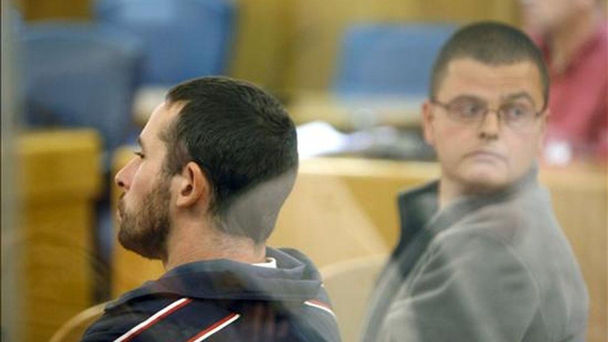 La Audiencia Nacional ha condenado a los miembros de los GRAPO Israel Clemente López y Jorge García Vidal a 24 y 22 años de cárcel, respectivamente, por el atraco a una sucursal de Caixa Galicia en Santiago de Compostela en 2006, en el que se apoderaron de más de 35.000 euros. EFE/Archivo