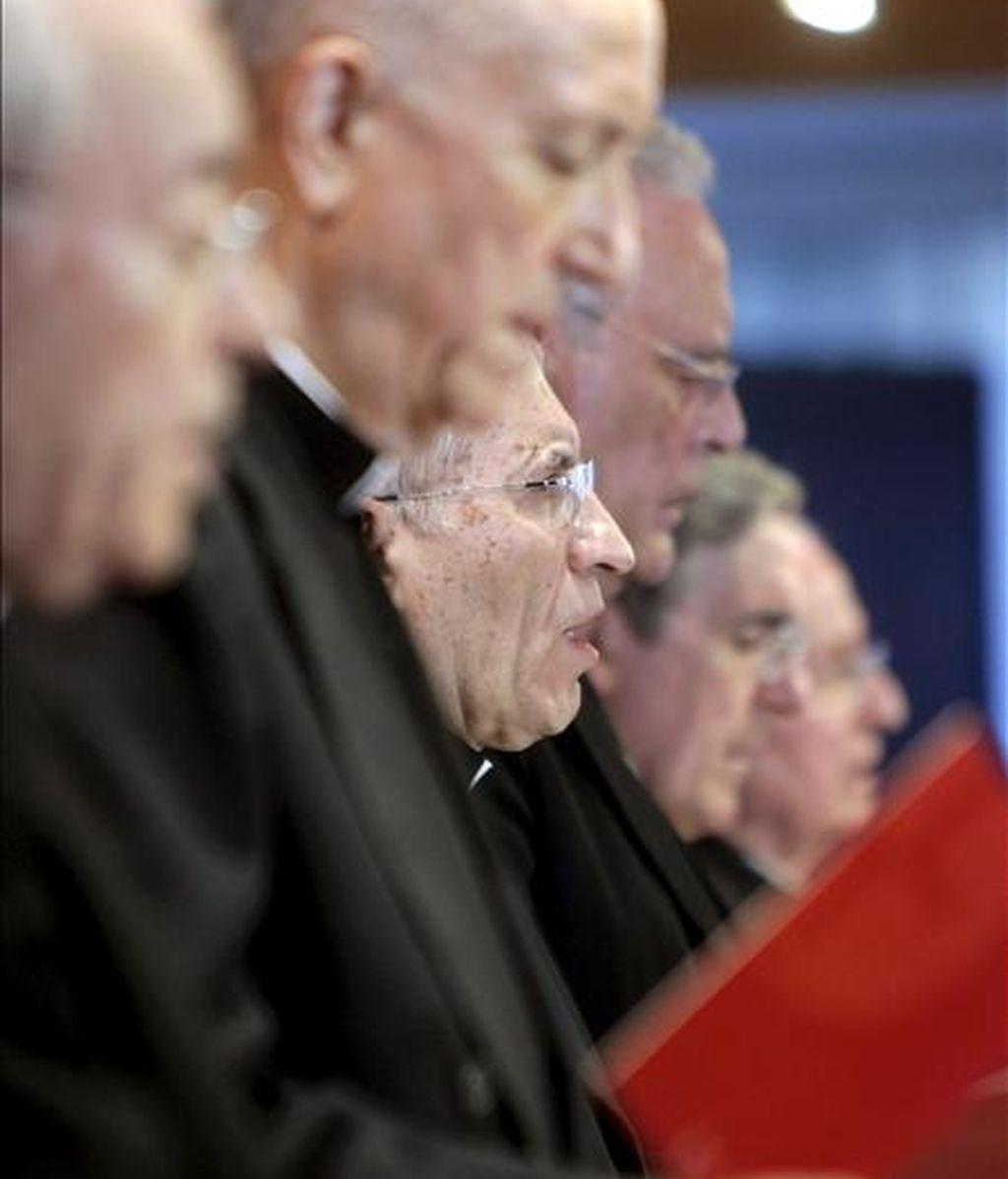 El presidente de la Conferencia Episcopal Española, el cardenal de Madrid Antonio María Rouco (c), durante la inauguración hoy de la Asamblea Plenaria de los obispos. EFE