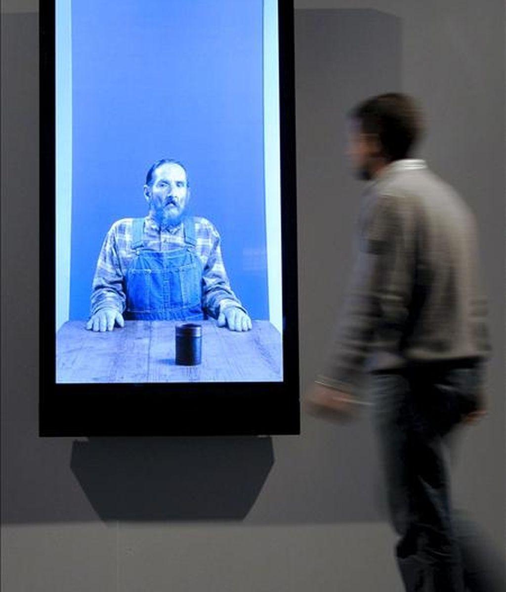 Una persona observa algunas de las obras del artista estadounidense Robert Wilson dentro de una serie de vídeo-retratos concebidos como un ensayo sobre la coreografía y la sincronización de gestos, que desde hoy se pueden contemplar en distintas salas de exposiciones de Valladolid. EFE