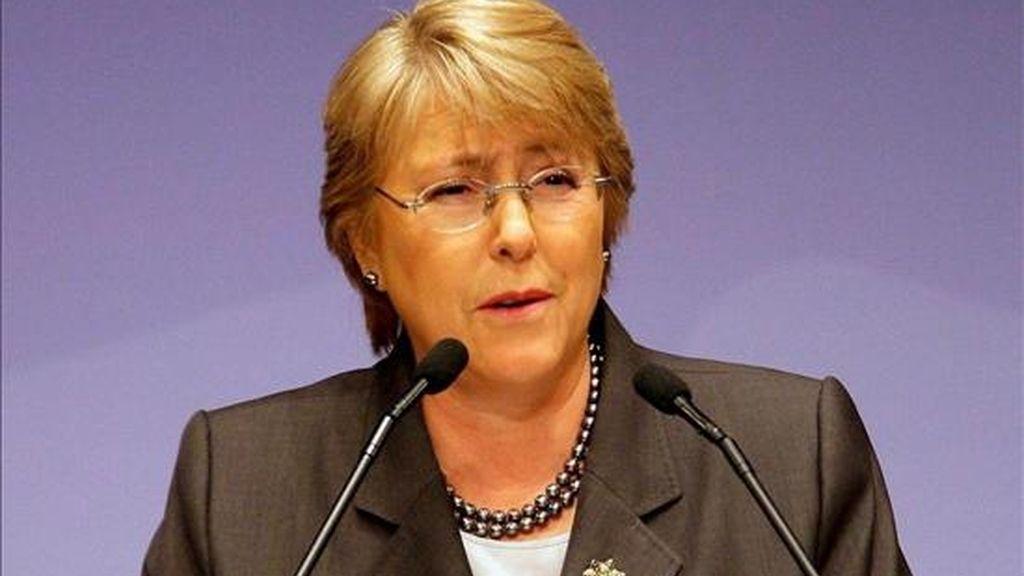 El índice de desaprobación a la gestión de Bachelet es de un 26,2%, frente al 30,6% del mes anterior, mientras que la evaluación del Gobierno cuenta con un respaldo del 52,9% frente a un 35,3% de rechazo. En la foto la presidenta chilena, Michelle Bachelet. EFE/Archivo