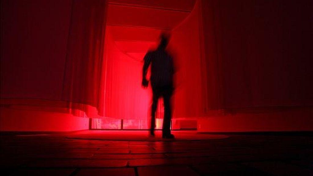 """Una persona camina ante la instalación de la suiza Pipilotti Rist en la Fundación Miró durante la presentación de su exposición """"Partido amistoso-sentimientos electrónicos"""" que hace un recorrido por la trayectoria de esta artista multimedia en el que dialoga con Miró a través de trece instalaciones. EFE"""