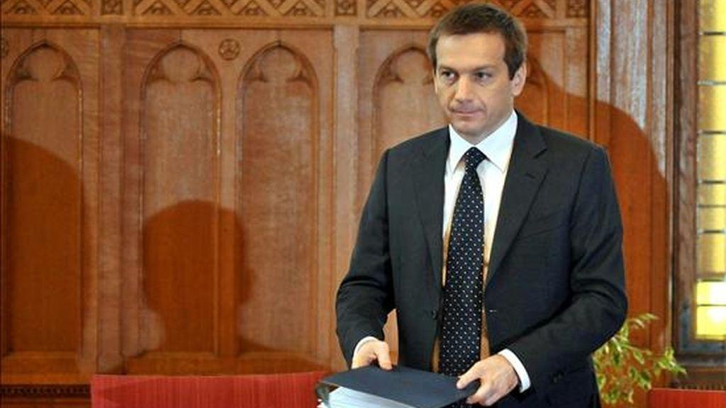 El nuevo primer ministro húngaro, Gordon Bajnai, asiste a su primera reunión del gabinete de gobierno desde que ascendió al cargo, en Bedapest (Hungría), el 17 de abril de 2009. EFE