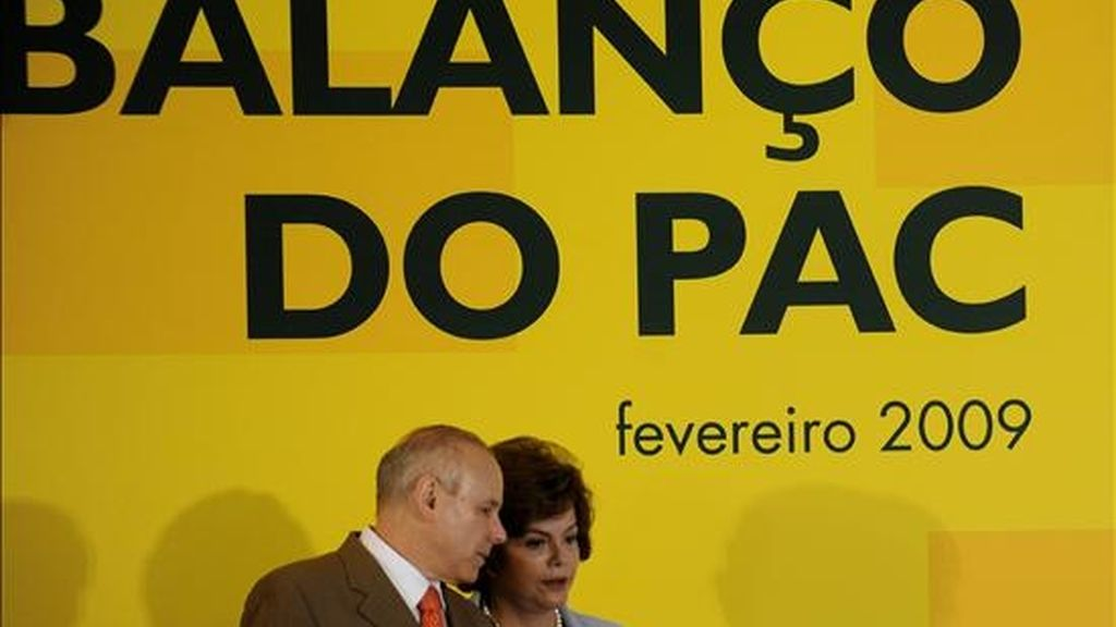 La ministra de la Casa Civil, Dilma Rousseff (c), y el ministro de Economía, Guido Mantega (ci), se aprestan a anunciar un aumento de 142.000 millones de reales (unos 61.000 millones de dólares) hasta 2010 en las inversiones de un programa oficial de incentivo a la economía. EFE
