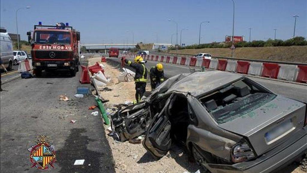 Efectivos del cuerpo de Bomberos de Palma durante las labores de rescate en un accidente de tráfico en la vía de cintura de Palma. EFE/Archivo
