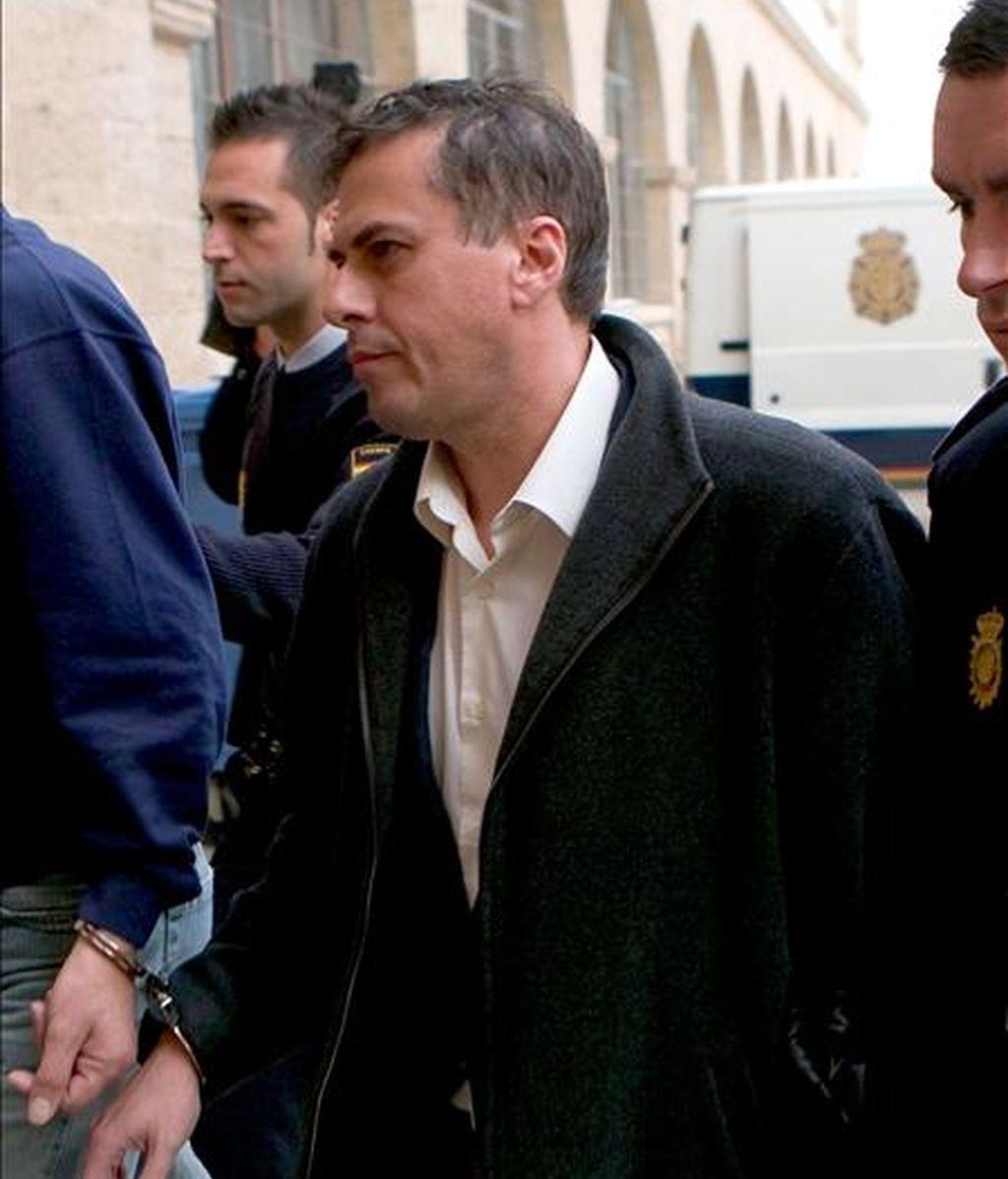 El ex secretario del Instituto Balear de Turismo (Ibatur), Miquel Ángel Bonet, es trasladado por agentes de la Policía Nacional ante el juez de Guardia de Palma para prestar declaración en 2009. EFE/Archivo