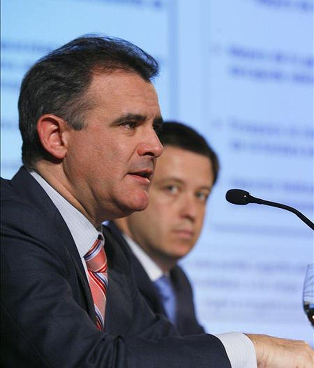 El presidente de Uralita, Javier Serratosa (i), y el director de Planificación, Jorge Alarcón. EFE/Archivo