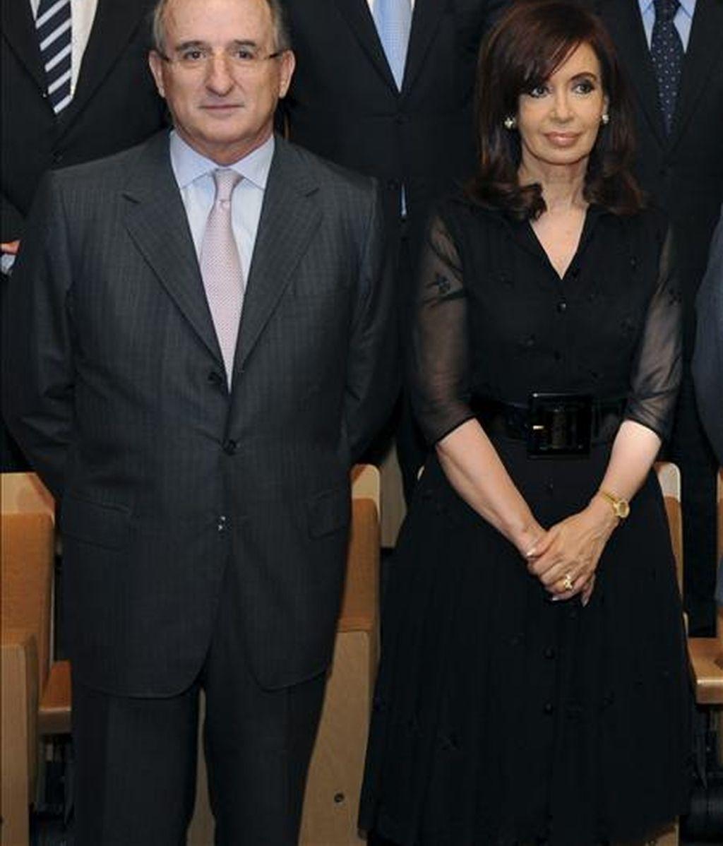 Imagen facilitada por el departamento de prensa de Repsol, de la presidenta de Argentina, Cristina Fernández Kichner y del presidente de Repsol YPF, Antonio Brufau, durante el acto en el que la petrolera argentina YPF anunció el hallazgo de gas no convencional. EFE
