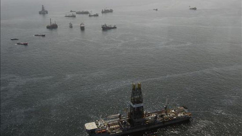 Vista del buque de contención de petróleo Discoverer Enterprise que se encuentra parado mientras trabaja la campana de contención en el sitio del pozo Deepwater Horizon en el Golfo de México, Luisiana. EFE