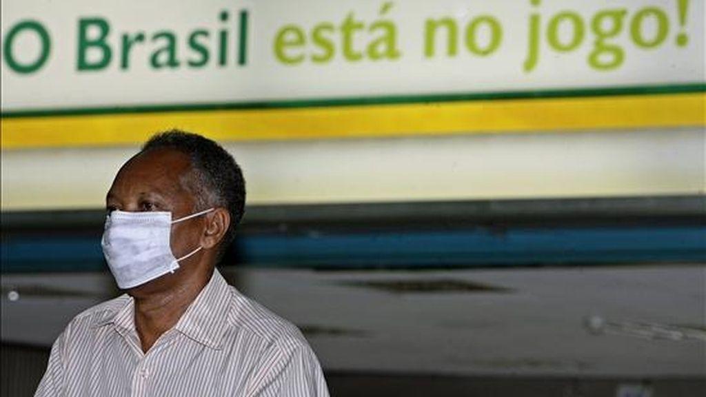 El Ministerio hasta ahora ha descartado 369 posibles casos de gripe A que dieron negativo en las pruebas de laboratorio. EFE/Archivo