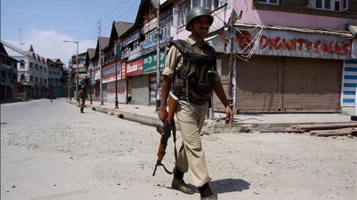 Un soldado indio patrulla por una calle desierta durante el toque de queda declarado en Srinagar, la capital de verano de la parte de Cachemira bajo administración india, hoy, viernes, 2 de julio de 2010. EFE
