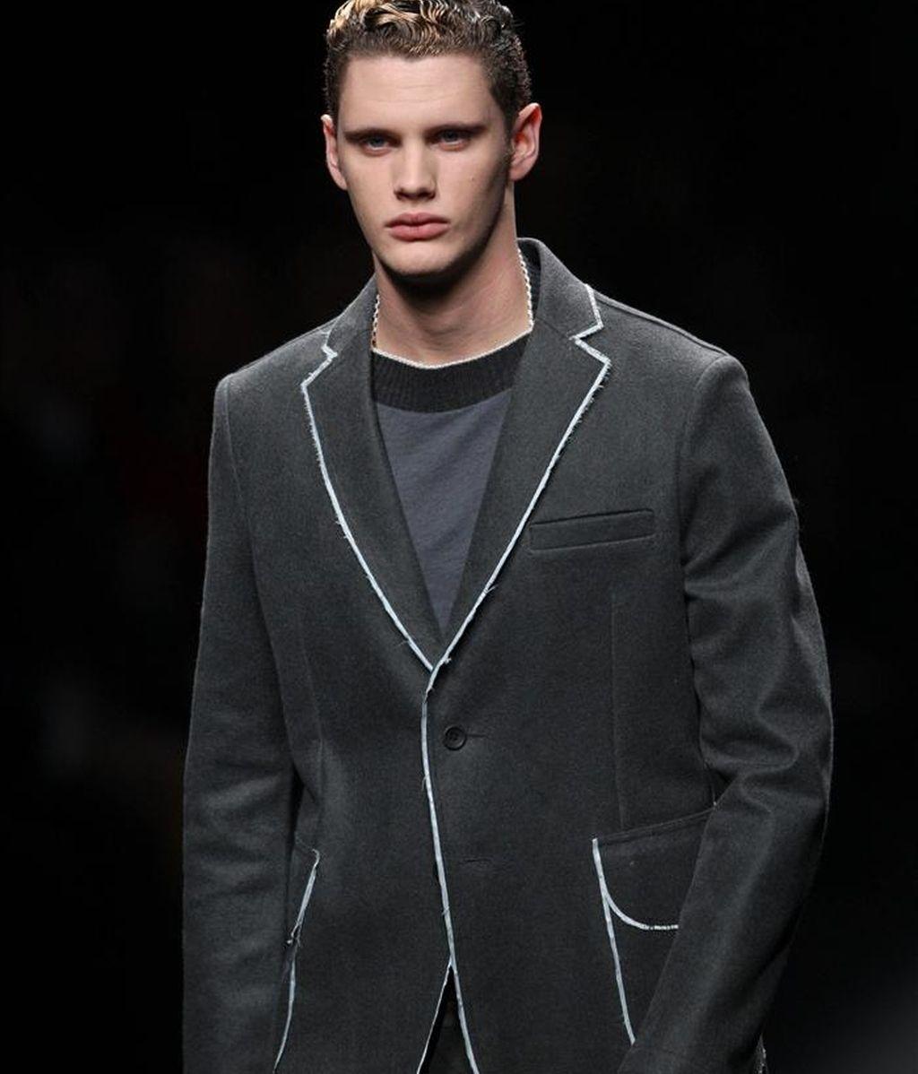 Un modelo exhibe un conjunto del diseñador catalán Josep Abril, durante la segunda jornada del salón de la Moda 080 Barcelona Fashion que se celebra en Barcelona esta tarde. EFE