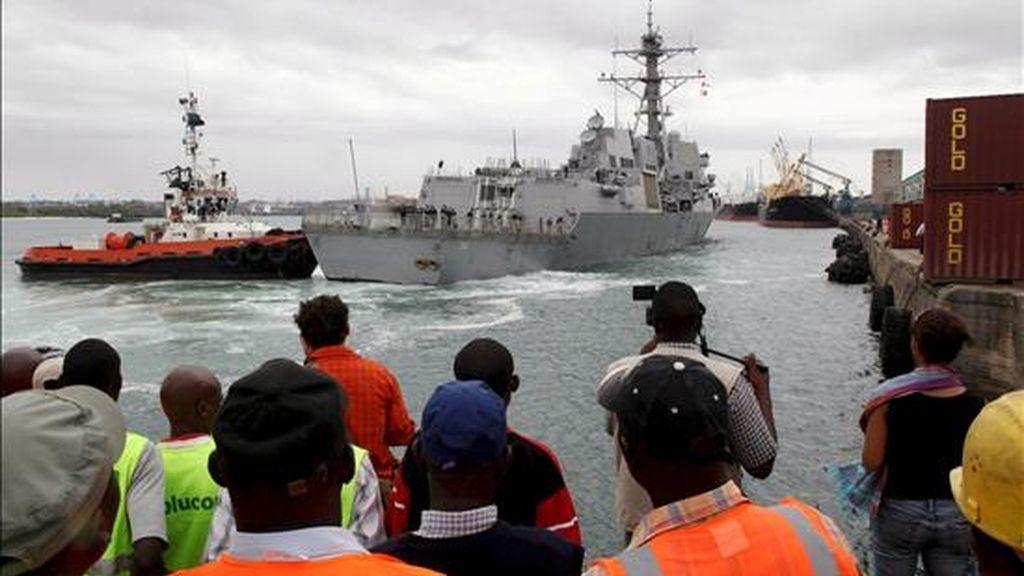 Imagen del momento en el que el barco estadounidense Bainbridge llega al puerto de Mombasa, Kenia, el pasado 16 de abril,  con su capitán a bordo, Richard Phillips, tras ser rescatado por la armada estadounidense después de pasar cinco días secuestrado por piratas en un bote salvavidas. EFE/Archivo