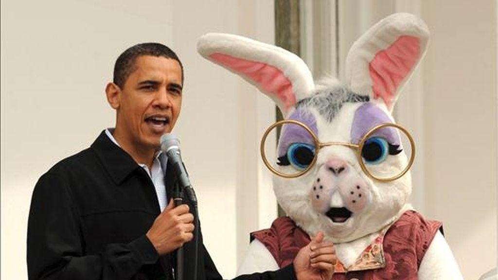 """El presidente de EE.UU., Barack Obama, junto con el conejo de Pascua, da la bienvenida a las personas que participan en el tradicional juego """"Egg Roll"""", en el ala sur de la Casa Blanca. EFE"""