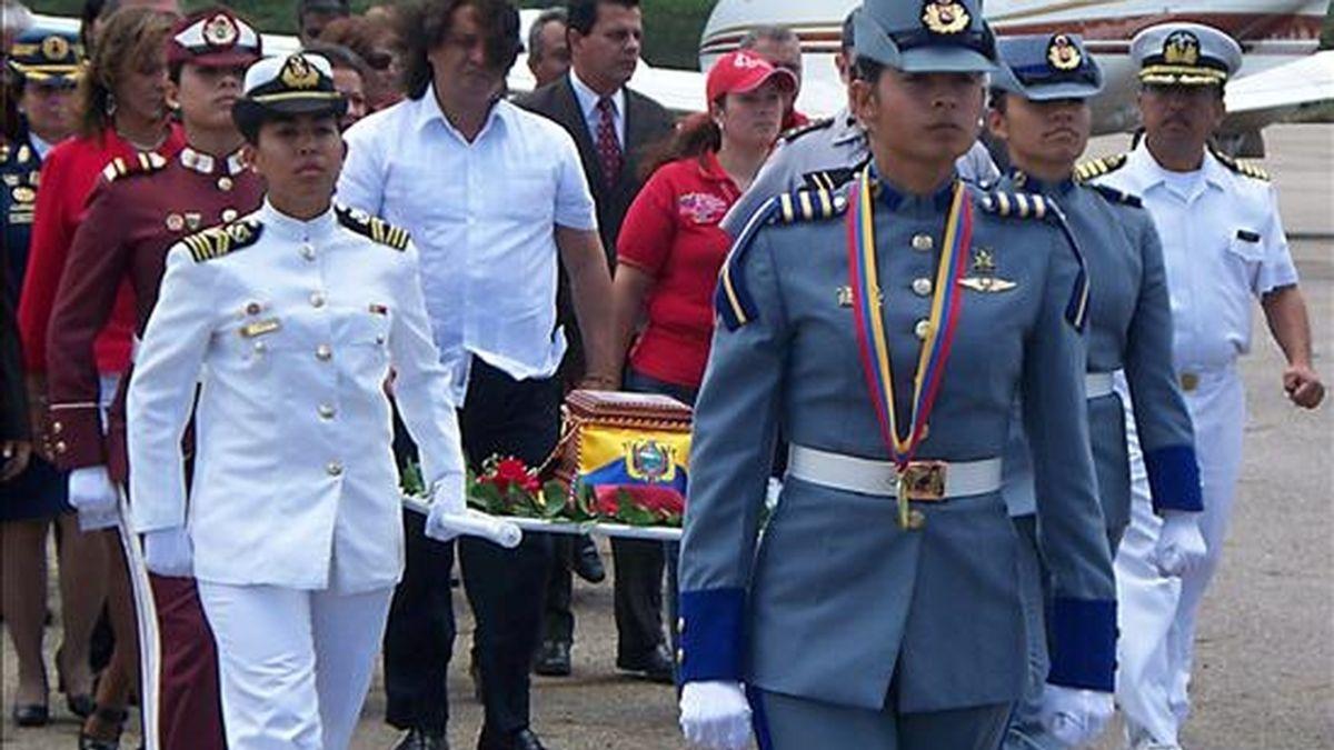 Un cofre con tierra que representa los restos de Manuelita Sáenz llegó a Venezuela para ser depositado junto a los del prócer venezolano Simón Bolívar, del que fue compañera sentimental y de la lucha independentista. EFE