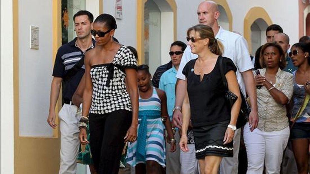 La primera dama de Estados Unidos, Michelle Obama (2i), junto a su hija Sasha (3i) y unos amigos, pasea por el centro histórico de Marbella en su primer dia de vacaciones en España. EFE