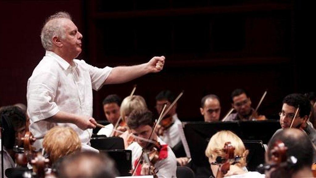 El músico argentino-israelí Daniel Barenboim dirige la Orquesta Sinfónica Nacional de Egipto durante el ensayo general de la Quinta Sinfonía de Beethoven, en el Palacio de la Ópera de El Cairo (Egipto), hoy jueves 16 de abril. Barenboim ofrecerá un concierto mañana en El Cairo en favor de la paz y del diálogo entre los pueblos. EFE