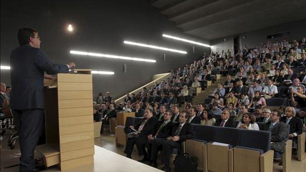 El presidente de la Junta de Extremadura, Guillermo Fernández Vara (i), durante su intervención en el seminario organizado hoy en Mérida por la Fundación de la Caja de Extremadura sobre energía y la evolución de los mercados energéticos que analiza la evolución, regulación y futuro energético de España. EFE