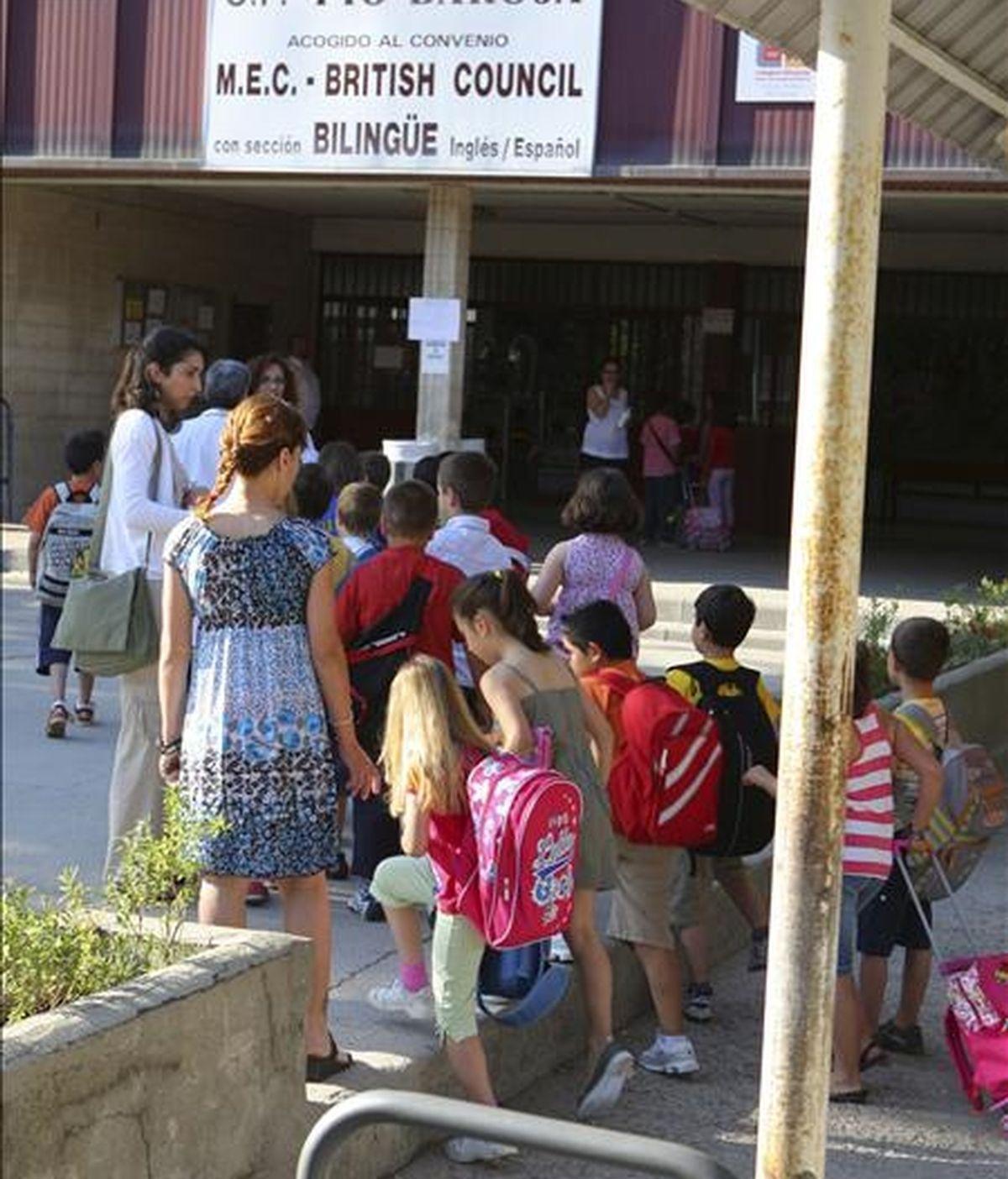 Varios niños entran en el colegio Pío Baroja de Leganés, tras la recomendación realizada ayer por la Comunidad de Madrid a los padres para que sus hijos que se encuentren bien acudieran hoy a clase. En este centro, se ha detectado un caso de la gripe A/H1N1. EFE