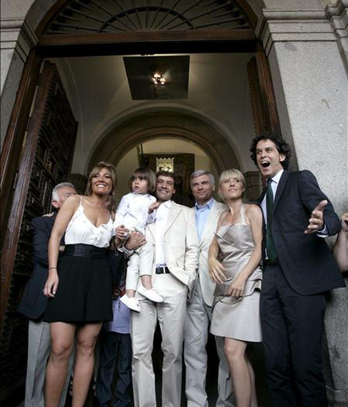 La actriz Cayetana Guillén Cuervo (2d), su esposo, el fotógrafo Omar Ayashi (3i), y su hijo Leo, acompañados del concejal socialista Pedro Zerolo (d), la cantante Amaya Motero (i) y Carles Sans, del Tricicle, entre otros, a la salida de la Casa de la Panaderia donde hoy se celebró el acogimiento civil del hijo de la actriz y el fotógrafo. EFE