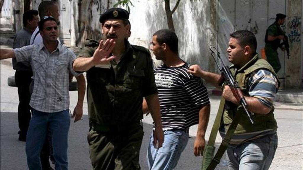 Miembros de las fuerzas de seguridad palestinas arrestan hoy jueves a un hombre durante una redada contra milicianos de Hamás en Kalkilia (Cisjordania). EFE