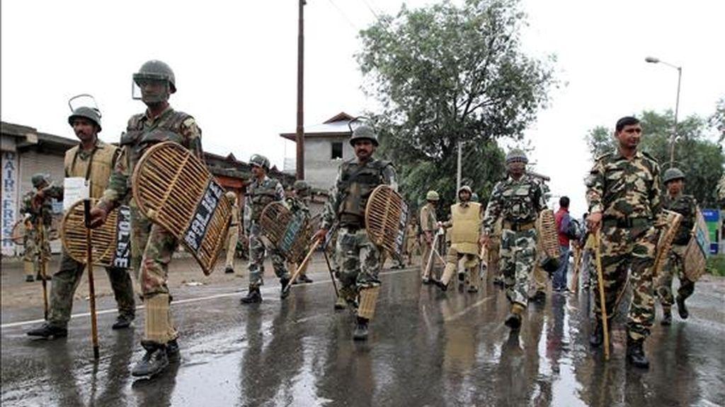 Decenas de soldados patrullan las calles de Srinagar, capital estival de la Cachemira india, hoy, 21 de julio de 2010. EFE