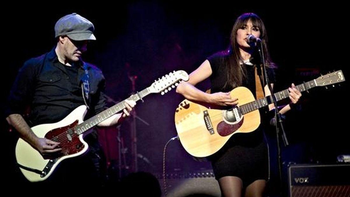 Los integrantes del grupo Amaral, Juan Aguirre (i) y Eva Amaral, durante su actuación en el concierto homenaje a Antonio Vega, esta noche en la sala Joy Eslava de Madrid. EFE