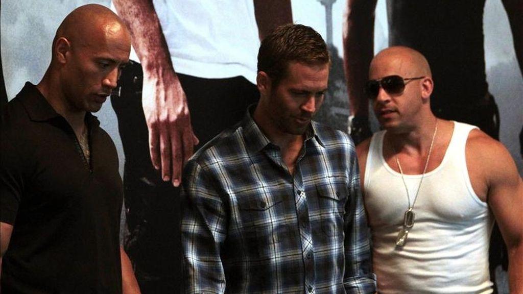 """Los actores estadounidenses Dwayne Johnson (i), Paul Walker (c) y Vin Diesel (d), en una rueda de prensa el pasado 13 de abril de 2011, en Río de Janeiro, para promocionar la película """"Fast and Furious 5"""". EFE/Archivo"""