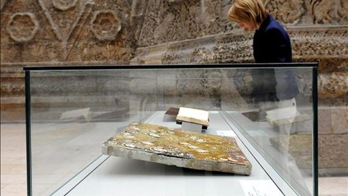 Una visitante contempla una de las piezas incluidas en la colección conocida como 'Keir Collection', que acoge el Museo Pergamon de Berlín, Alemania, hoy miércoles 10 de junio. La familia de Unger ha cedido de forma permanente su colección privada, con más de 1.500 piezas islámicas. Se trata de la mayor colección privada de arte islámico del mudo. EFE