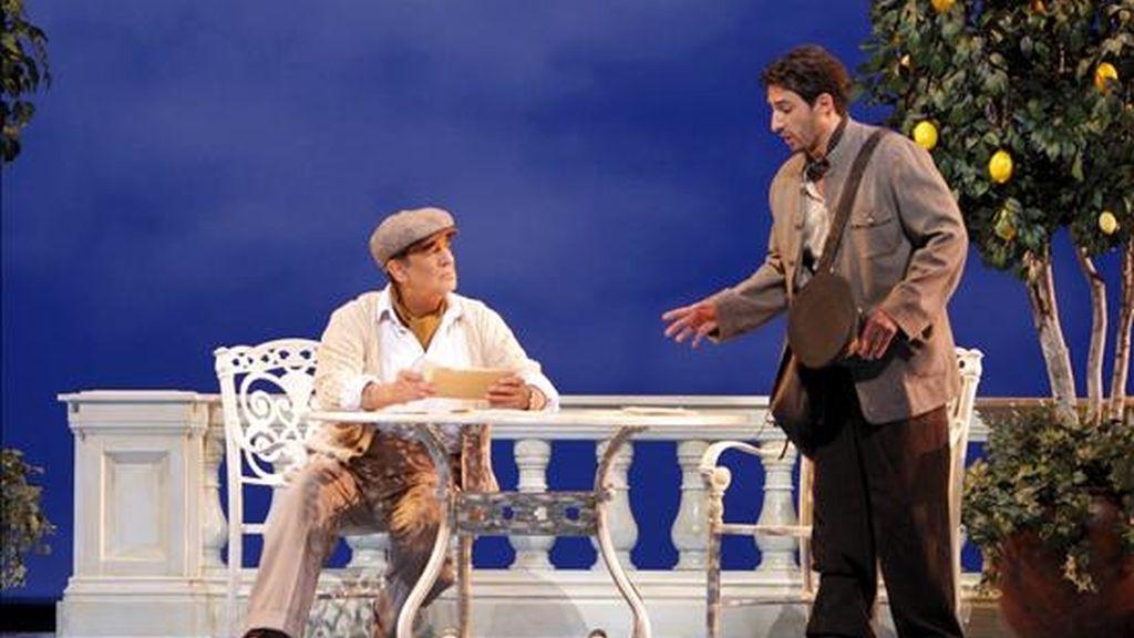 """El tenor español Plácido Domingo (i) que estrena hoy en Los Ángeles su nueva ópera """"Il Postino"""", una adaptación lírica de la novela """"Ardiente paciencia"""" del chileno Antonio Skármeta y de la película """"El cartero y Pablo Neruda"""", durante los ensayos de la misma. EFE"""