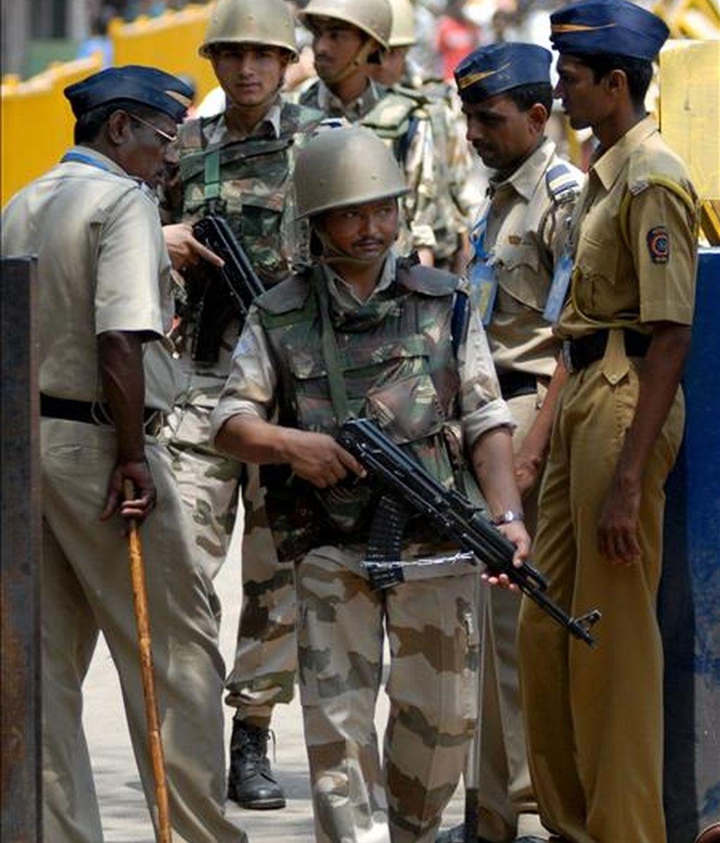 Soldados indios patrullan en el exterior de la cárcel de Arthur Road en Bombay, India, donde está recluido el único terrorista capturado vivo durante el atentado de Bombay del pasado mes de noviembre.