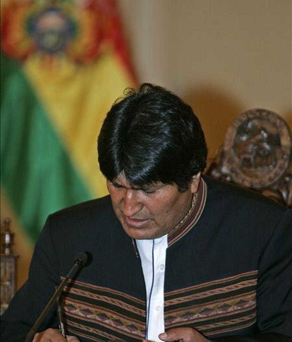 """El presidente de Bolivia, Evo Morales, entregó los proyectos a un representante del Parlamento boliviano e instó al Congreso que los apruebe lo antes posible para que su ejecución sea """"rápida"""". EFE"""