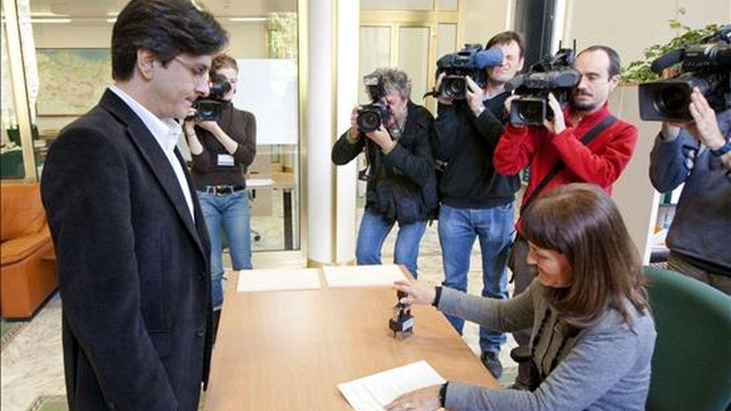 El parlamentario electo de Ezker Batua, Mikel Arana, se acreditó ante el registro del Parlamento Vasco hoy en Vitoria. EFE