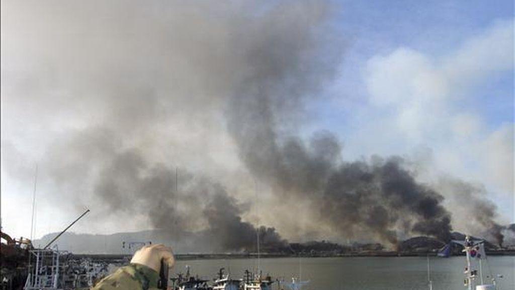 Imagen de las columnas de fuego tras el ataque norcoreano a la isla de Yeonpyeong, cerca de la frontera marítima entre las dos Coreas en el Mar Amarillo, el 23 de noviembre de 2010. EFE/Archivo