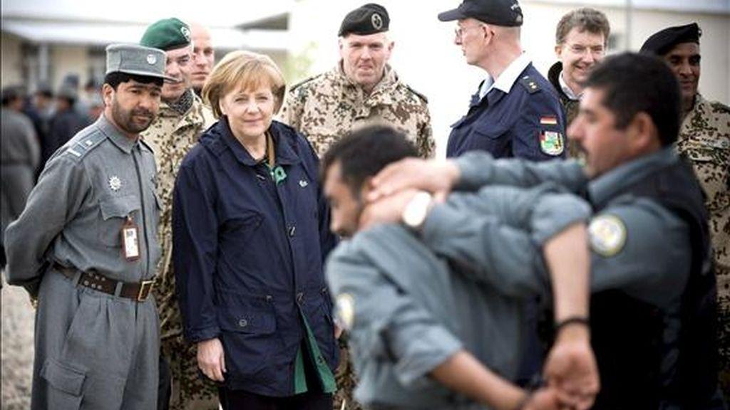 La canciller alemana Angela Merkel observa una demostración durante su visita a la escuela de policías de Masar-i-Sharif, Afganistán, ayer 6 de abril. EFE