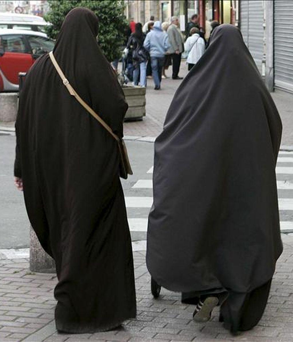 Fotografía de archivo de dos mujeres musulmanas cubiertas con el niqab en Douai, norte de Francia, el 14 de mayo de 2007. La Asamblea Nacional comienza a debatir hoy, martes 6 de julio de 2010 un proyecto de ley que prevé la prohibición del velo integral, como el burka o el niqab, en todos los espacios públicos. EFE/Archivo